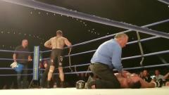 Indosport - Salah satu petinju meninggal setelah KO.