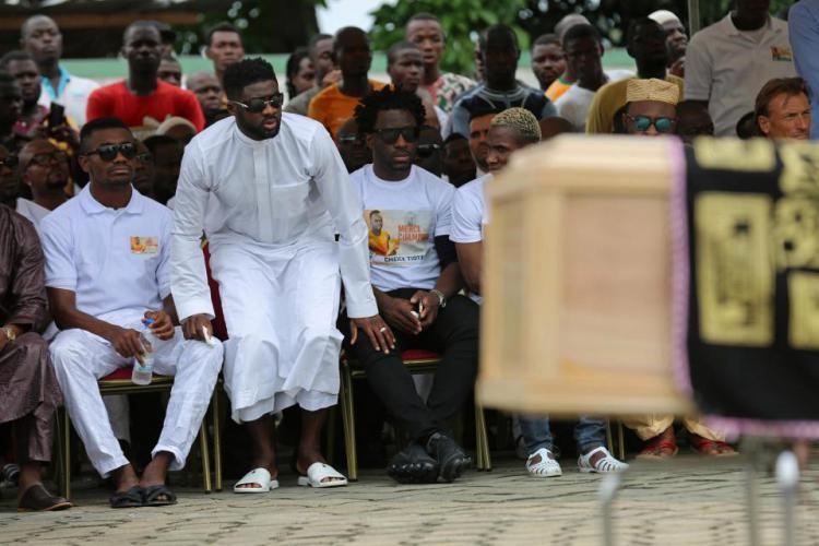 Mantan pemain Liverpool, Kolo Toure dan pemain Manchester City, Wilfired Bony dalam prosesi pemakaman Cheick Tiote. Copyright: Internet/Thesun.co.uk