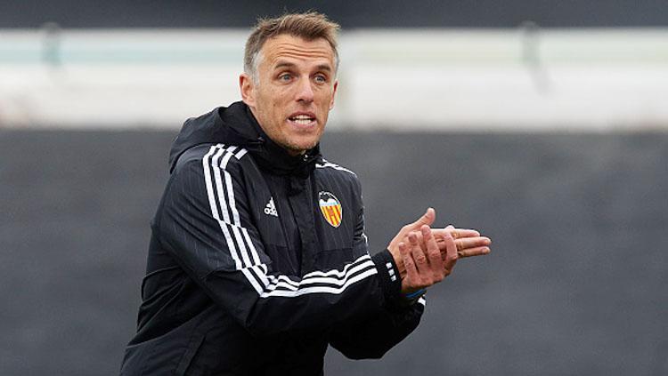 Phil Neville saat menjadi asissten pelatih di Valencia. Copyright: INDOSPORT