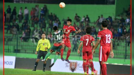 Resky Fandi saat duel udara dengan pemain DPFF MU, Satria Al Baeqy. - INDOSPORT