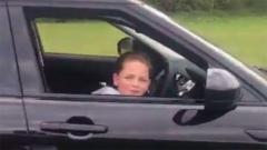 Indosport - Putra Billy Joe Saunders, Stevie Saunders saat mengendarai mobil seorang diri.