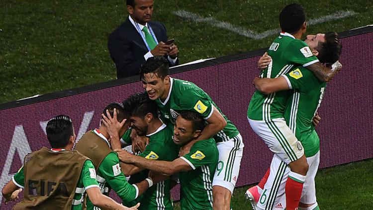 Pemain Meksiko merayakan gol Raul Jimenez. Copyright: Getty Images