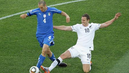 Chris Killen (kanan) saat membela Timnas Selandia Baru melawan Italia. - INDOSPORT