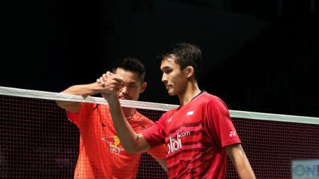 Jonatan Christie (kanan) dikalahkan wakil China, Lin Dan. - INDOSPORT