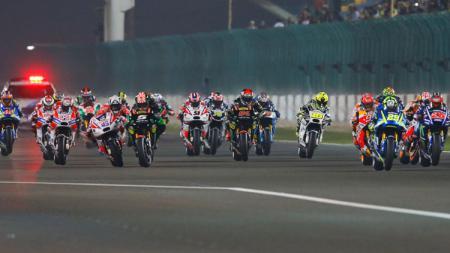 Pembalap MotoGP dalam posisi start. - INDOSPORT