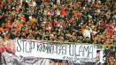 Indosport - Jakmania bentangkan protes lewat sebuah spanduk.