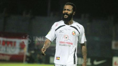 Didier Zokora saat membela klub Semen Padang di kompetisi Liga 1 2017. - INDOSPORT