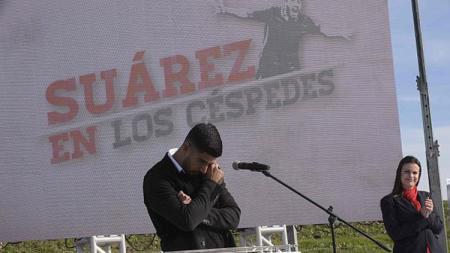 Luis Suarez tampak terharu saat membuka lapangan sepakbola di klub Nacional. - INDOSPORT