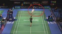 Vittinghus sampai terjatuh untuk berusaha mengembalikan bola pukulan Shi Yuqi.