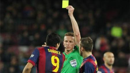 Alejandro Hernandez ketika memberi kartu kuning kepada Suarez. - INDOSPORT