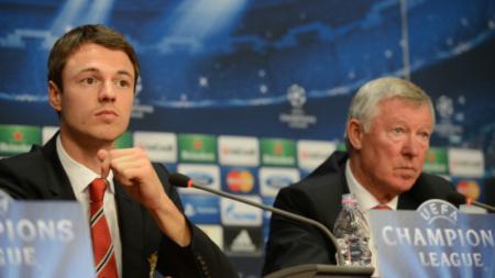 Jonny Evans dan Sir Alex Ferguson dalam konferensi pers Liga Champions. - INDOSPORT