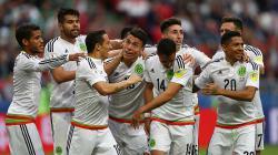 Timnas Meksiko merayakan kemenangan mereka atas tuan rumah Rusia.