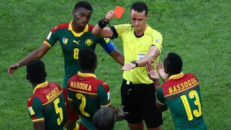 Wilmar Roldan ketika memberi kartu merah kepada Ernest Mabouka - INDOSPORT