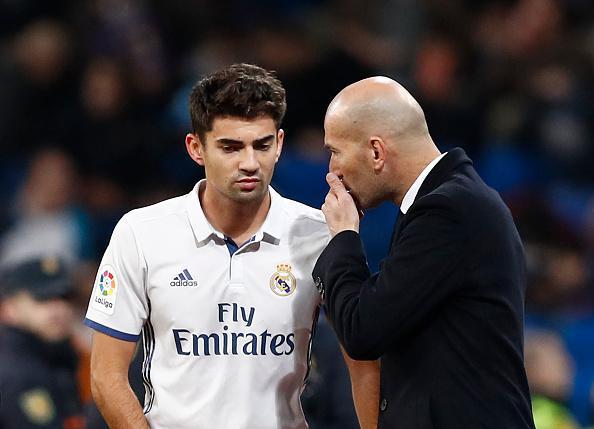 Zinedine Zidane (kanan) saat memberikan arahan kepada anaknya, Enzo Zidane. Copyright: getty images