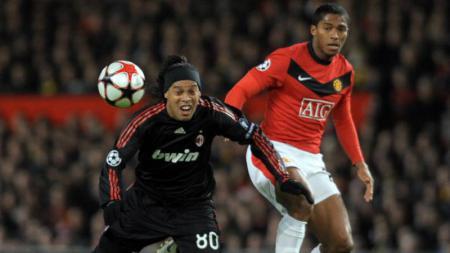 Ronaldinho (kiri) ketika masih membela AC Milan dan berhadapan dengan Antonio Valencia. - INDOSPORT