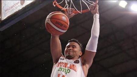 Adhi Pratama saat melakukan slam dunk. - INDOSPORT