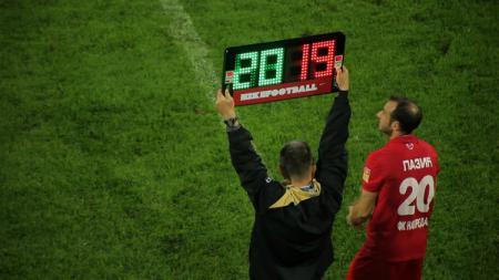 UEFA telah merilis 11 peraturan baru terkait pertandingan sepak bola, dan akan mulai resmi diberlakukan pada bulan Juni 2019 ini, termasuk dalam pergantian pemain. - INDOSPORT