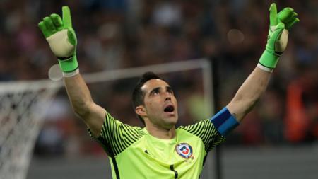 Claudio Bravo tampil heroik saat membela Timnas Chile. - INDOSPORT