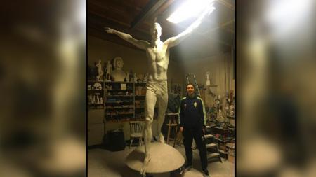 Zlatan Ibrahimovic bersama patung yang akan diciptakan untuknya. - INDOSPORT