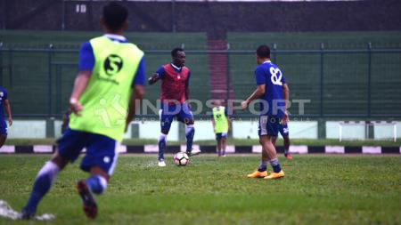 Michael Essien di latihan perdana Persib Bandung usai liburan. - INDOSPORT