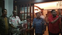 Indosport - Jusuf Kalla kedatangan tamu spesial, PSM Makassar.