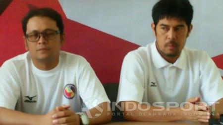Manajer Semen Padang, Win Bernardino (kiri) bersama pelatih Nilmaizar. - INDOSPORT