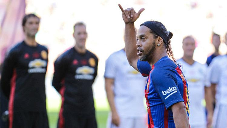 Legenda Barcelona, Ronaldinho dalam laga melawan Manchester United Legends di Camp Nou. Copyright: Pedro Salado/Action Plus via Getty Images