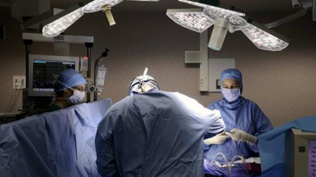 Ilustrasi seorang dokter melakukan tindakan operasi. - INDOSPORT
