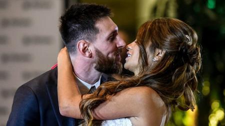 Lionel Messi memamerkan potret lawasnya bersama sang istri, Antonella Roccuzzo. - INDOSPORT