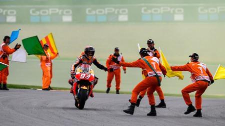 Tim Repsol Honda tengah menyambut Marc Marquez untuk melakukan selebrasi. - INDOSPORT