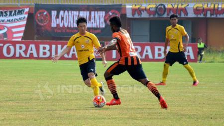 Ko Jae-sung (kiri) saat Semen Padang menghadapi Perseru Serui di Piala Presiden 2017 lalu. - INDOSPORT