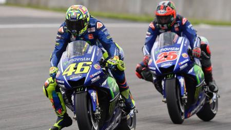 Valentino Rossi (depan) dan Maverick Vinales, pembalap tim Movistar Yamaha. - INDOSPORT