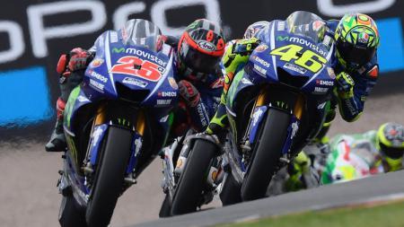 Dua pembalap Monster Energy Yamaha yakni Maverick Vinales dan Valentino Rossi terlihat menyedihkan saat mereka harus balapan karena tertinggal jauh. - INDOSPORT