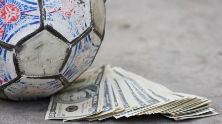 Ilustrasi Bola dan Uang, merupakan gambaran match fixing atau pengaturan skor yang dilakukan klub Liga Spanyol, Real Zaragoza. - INDOSPORT