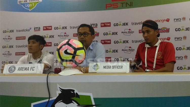Aji Santoso tak menerima hasil imbang melawan PS TNI. Copyright: Zainal Hasan/ Indosport