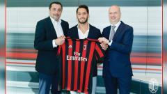 Indosport - Hakan Calhanoglu, resmi direkrut AC Milan.