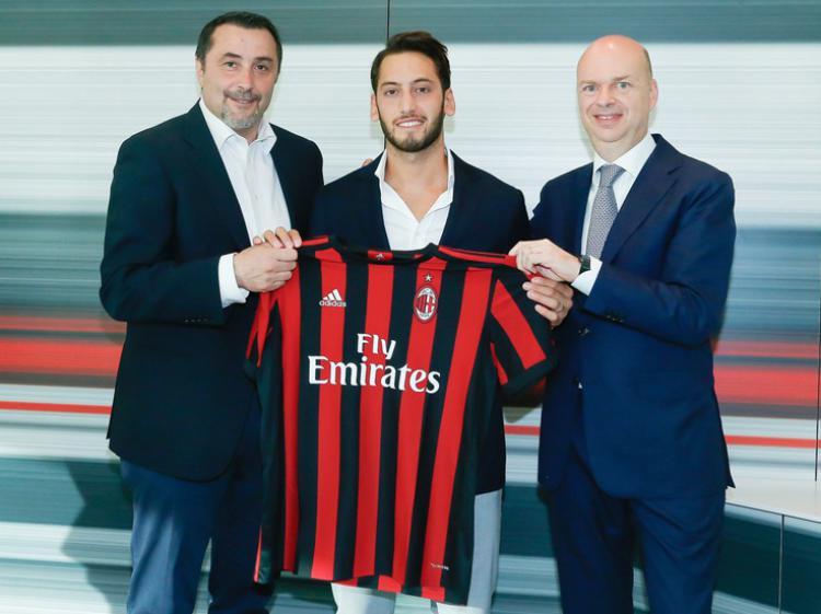 Hakan Calhanoglu, resmi direkrut AC Milan. Copyright: Twitter AC Milan.