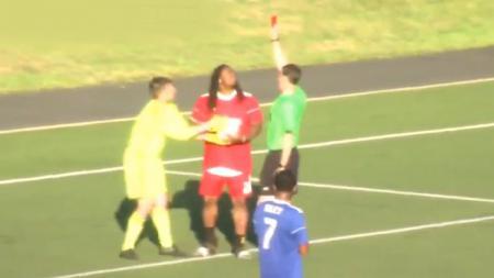 Pemain Football Amerika, Marshawn Lynch saat diberi kartu merah dalam pertandingan sepakbola untuk amal di Amerika Serikat. - INDOSPORT