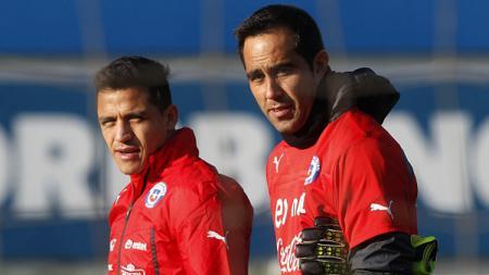 Claudio Bravo dan Alexis Sanchez saat membela Timnas Chile. - INDOSPORT