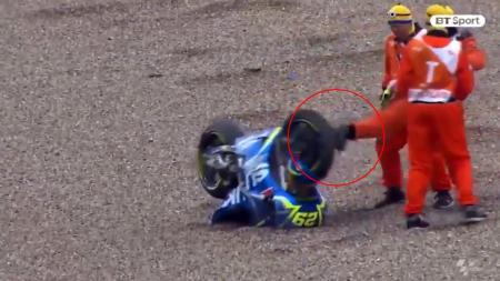Motor Iannone ditendang oleh petugas balapan MotoGP Jerman 2017. - INDOSPORT