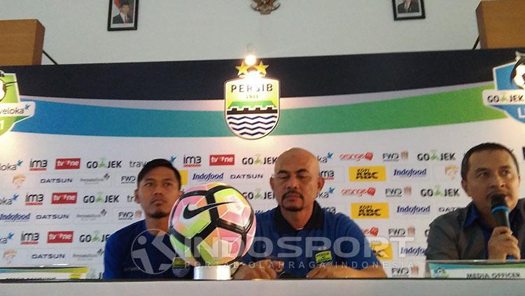 Herrie Setyawan saat melakoni siaran pers bersama Tony Sucipto. Copyright: Ginanjar/Indosport