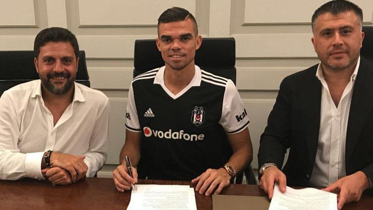 Pepe resmi bergabung dengan Besiktas. Copyright: Twitter @Besiktas