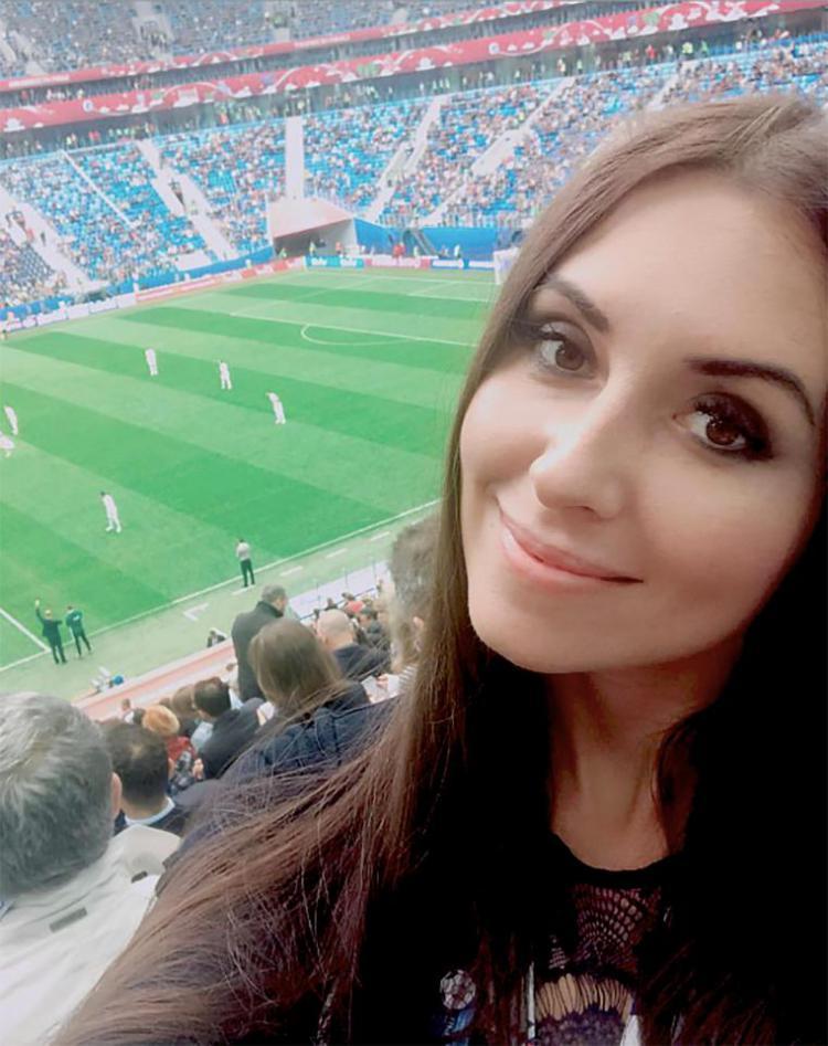 Pewarta asal Rusia mendapatkan perlakuan tidak senonoh dari legenda Argentina. Copyright: thesun.co.uk