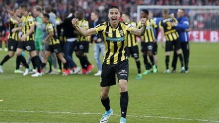 Salah satu pemain keturunan Indonesia, Kevin Diks saat berselebrasi bersama Vitesse Arnhem. - INDOSPORT