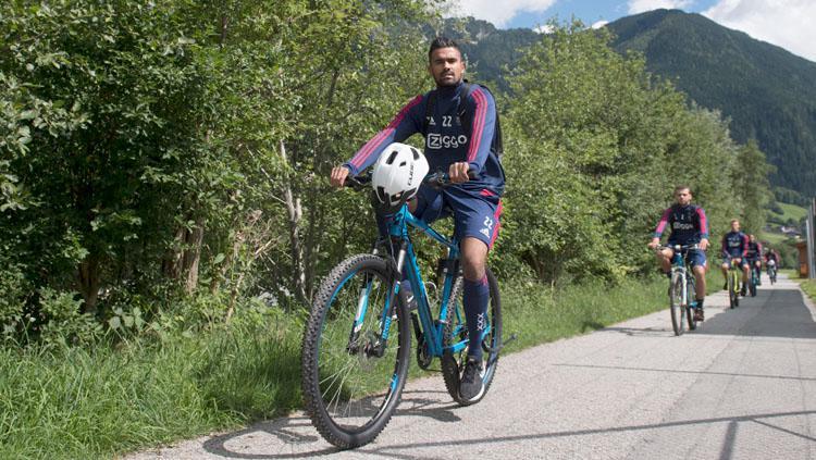 Benjamin van Leer menggunakan sepeda. Copyright: INDOSPORT