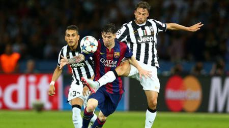 Claudio Marchisio saat berduel dengan Lionel Messi - INDOSPORT