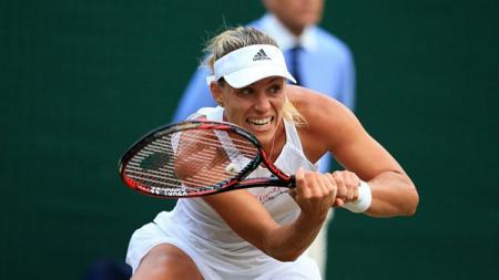 Aksi Angelique Kerber saat mengembalikan bola tenis. - INDOSPORT