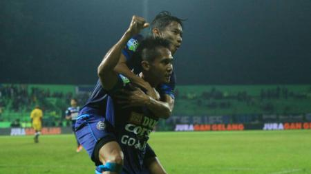 Dendi Santoso saat menjebol gawang Sriwijaya FC. - INDOSPORT