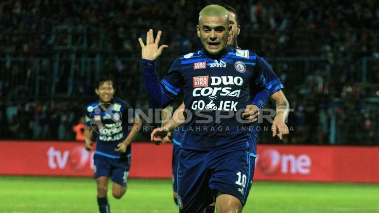 Selebrasi gol Cristian Gonzales saat membawa Arema unggul atas Sriwijaya FC. Copyright: Ian Setiawan/INDOSPORT