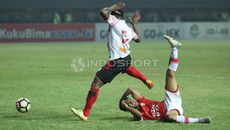 Kerasnya pertandingan antara Persija Jakarta kontra Persipura Jayapura di Stadion Patriot.